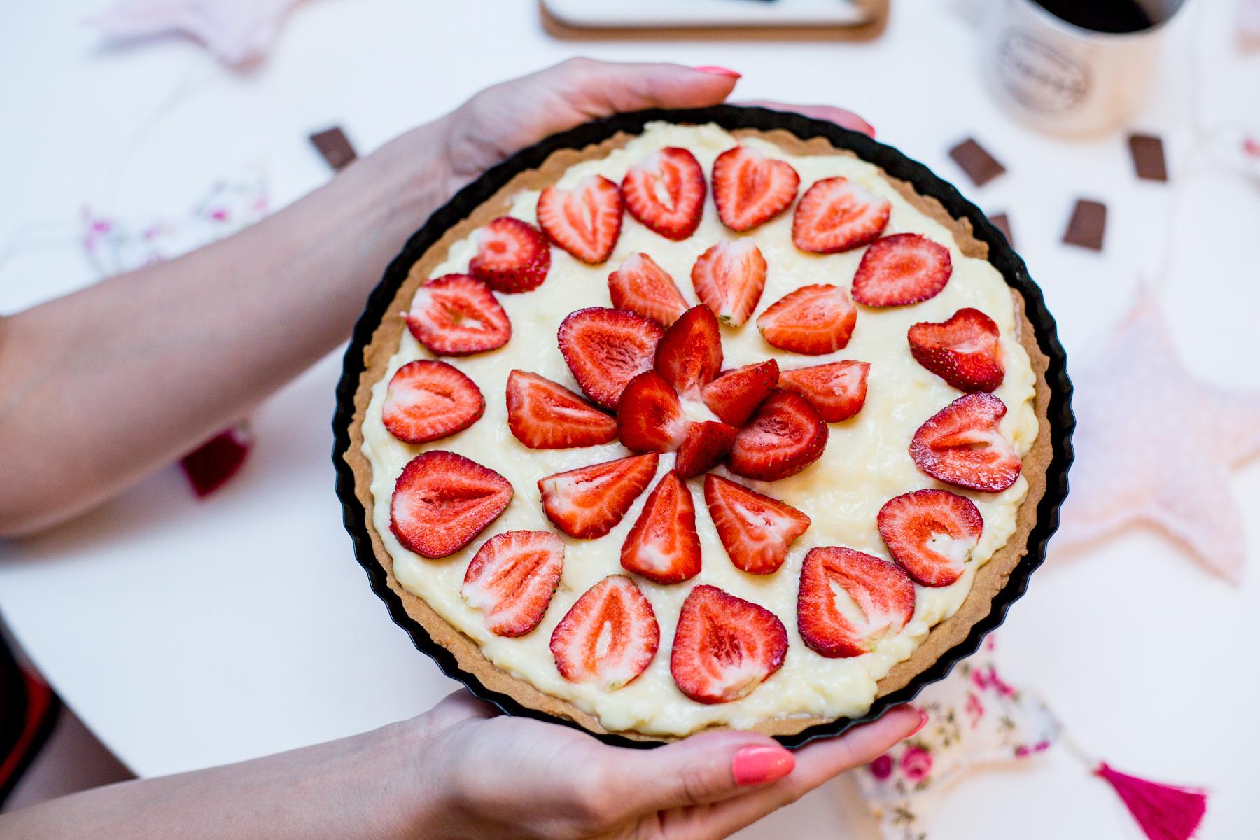 tarta z truskawkami, ciasto z truskawkami, ciasto, truskawki, ciasto na weekend, ciasto na imprezę, ciasto na lato, wiosenna tarta, ciasto z karpatką,