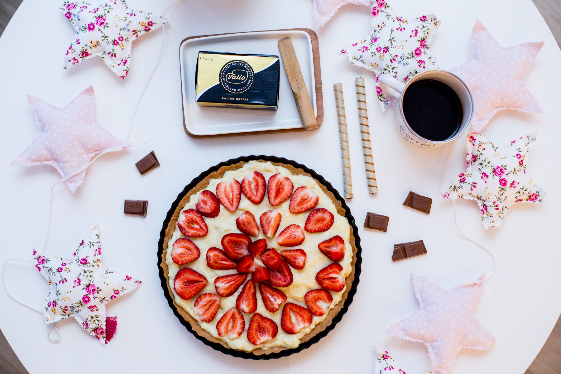 tarta z truskawkami, ciasto z truskawkami, ciasto, truskawki, masło, masło valio, ciasto na lato, wiosenna tarta, ciasto z karpatką,